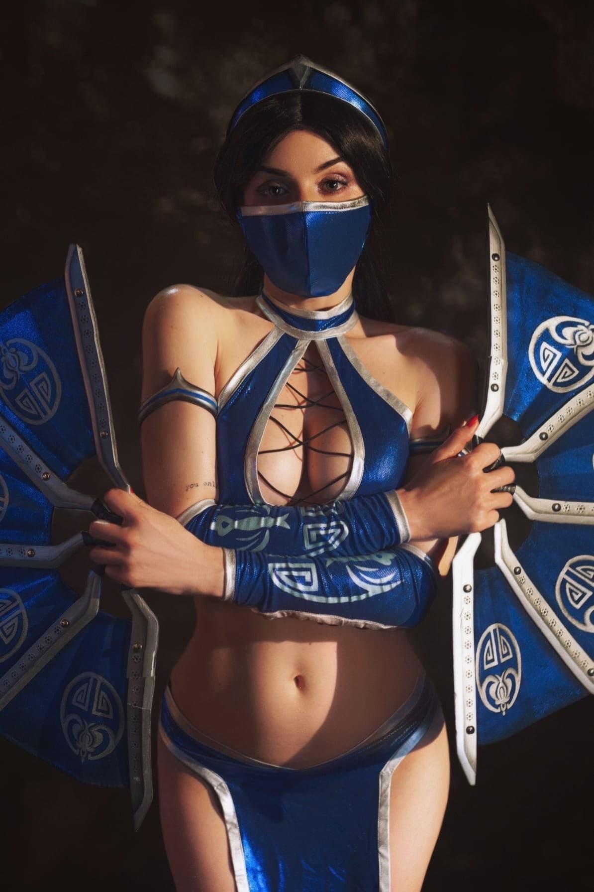 Ради этого косплея пришлось сходить в спортзал София Летяго в образе каноничной Китаны из Mortal Kombat
