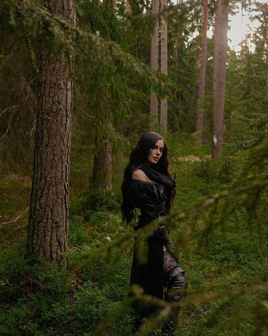 Фиалковые глаза сведут с ума не только Геральта Косплеерша Velveteen Velours показала свою версию Йеннифэр из The Witcher 3