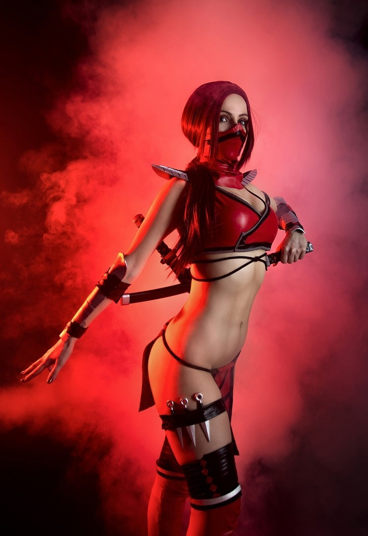 Больше крови для Бога крови Эльвира Савинкова перевоплотилась в Скарлет из Mortal Kombat 11