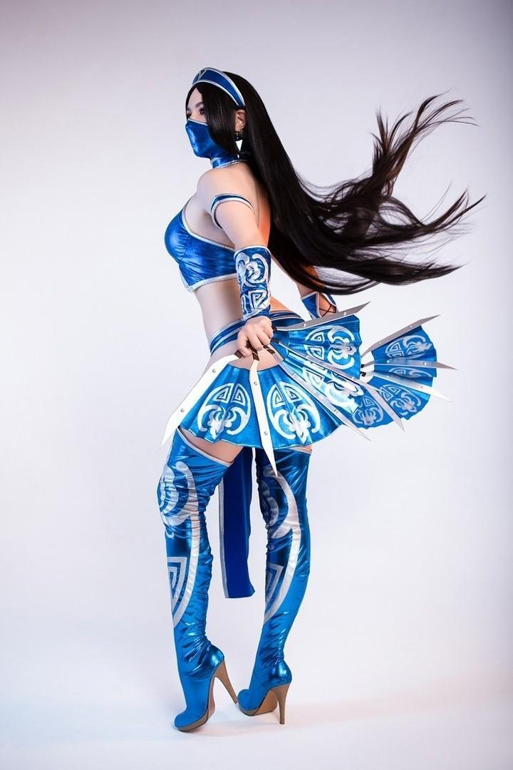 Эффектный шпагат в воздухе и каноничный костюм Китана из Mortal Kombat в исполнении косплеерши из Москвы