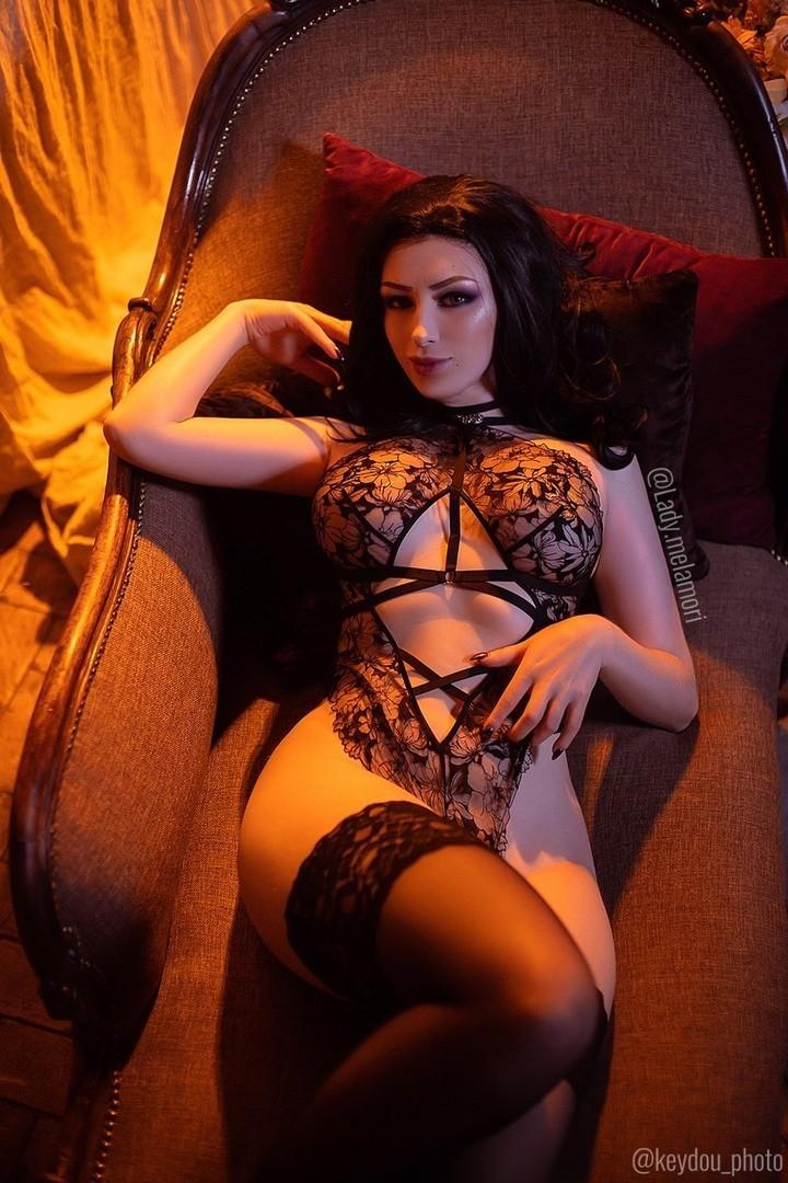 Попробуй посмотреть ей в глаза Сексуальный косплей на Йеннифэр из The Witcher 3